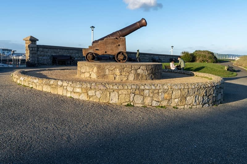 CANNON-FROM-THE-CRIMEAN-WAR-LOCATED-AT-THE-EAST-PIER-IN-DUN-LAOGHAIRE-159930-1