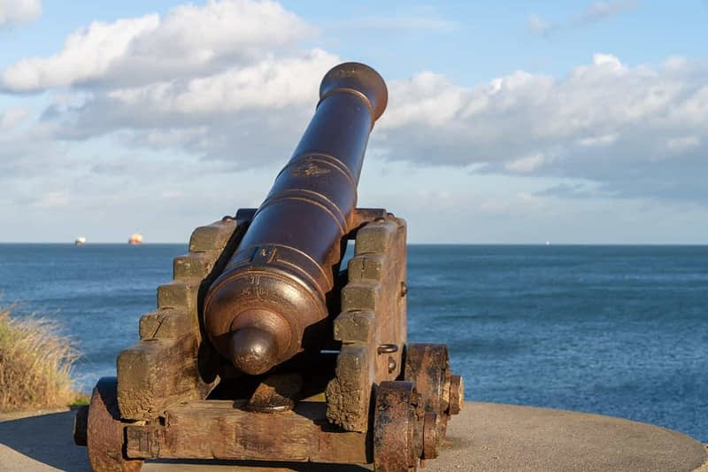 CANNON-FROM-THE-CRIMEAN-WAR-LOCATED-AT-THE-EAST-PIER-IN-DUN-LAOGHAIRE-159931-1