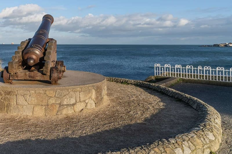 CANNON-FROM-THE-CRIMEAN-WAR-LOCATED-AT-THE-EAST-PIER-IN-DUN-LAOGHAIRE-159932-1