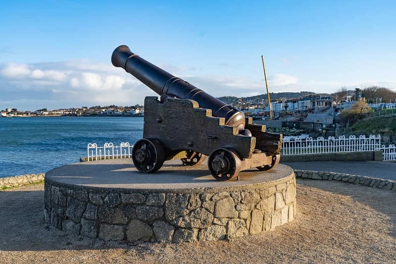 CANNON-FROM-THE-CRIMEAN-WAR-LOCATED-AT-THE-EAST-PIER-IN-DUN-LAOGHAIRE-159934-1