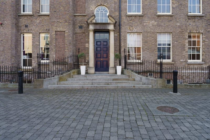 THE-GROUNDS-OF-DUBLIN-CASTLE-ON-A-SUNNY-DAY-IN-SEPTEMBER-166122-1