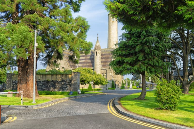 A-VISIT-TO-GLASNEVIN-CEMETERY-A-FEW-MINUTES-BEFORE-IT-CLOSED-FOR-THE-DAY-165636-1