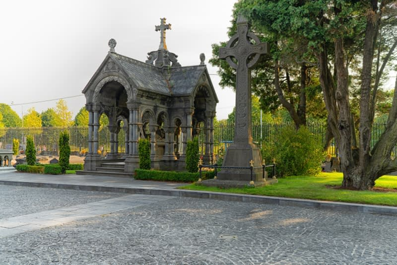 A-VISIT-TO-GLASNEVIN-CEMETERY-A-FEW-MINUTES-BEFORE-IT-CLOSED-FOR-THE-DAY-165638-1