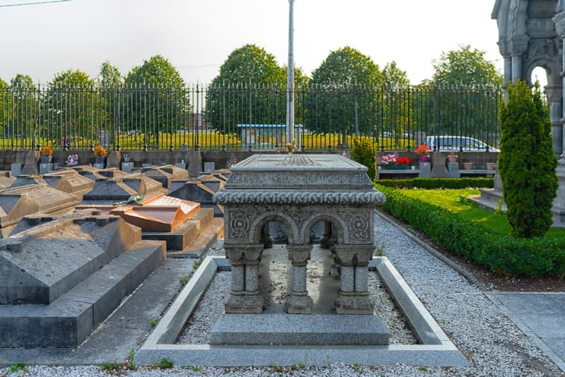 A-VISIT-TO-GLASNEVIN-CEMETERY-A-FEW-MINUTES-BEFORE-IT-CLOSED-FOR-THE-DAY-165640-1