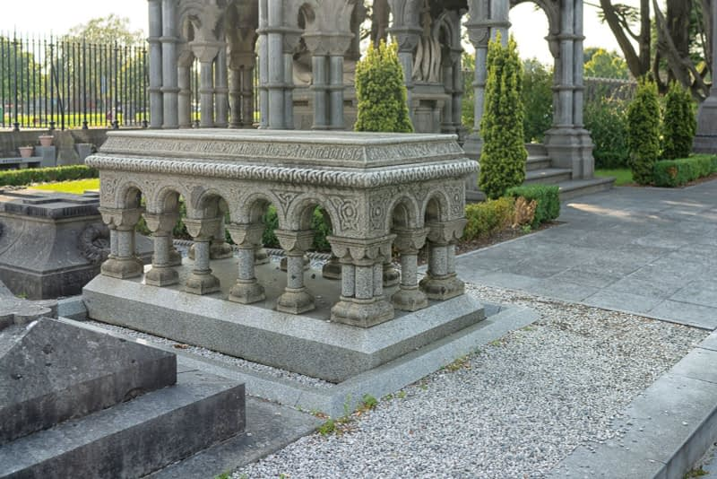 A-VISIT-TO-GLASNEVIN-CEMETERY-A-FEW-MINUTES-BEFORE-IT-CLOSED-FOR-THE-DAY-165641-1