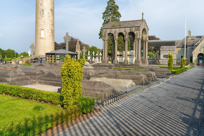 A-VISIT-TO-GLASNEVIN-CEMETERY-A-FEW-MINUTES-BEFORE-IT-CLOSED-FOR-THE-DAY-165650-1