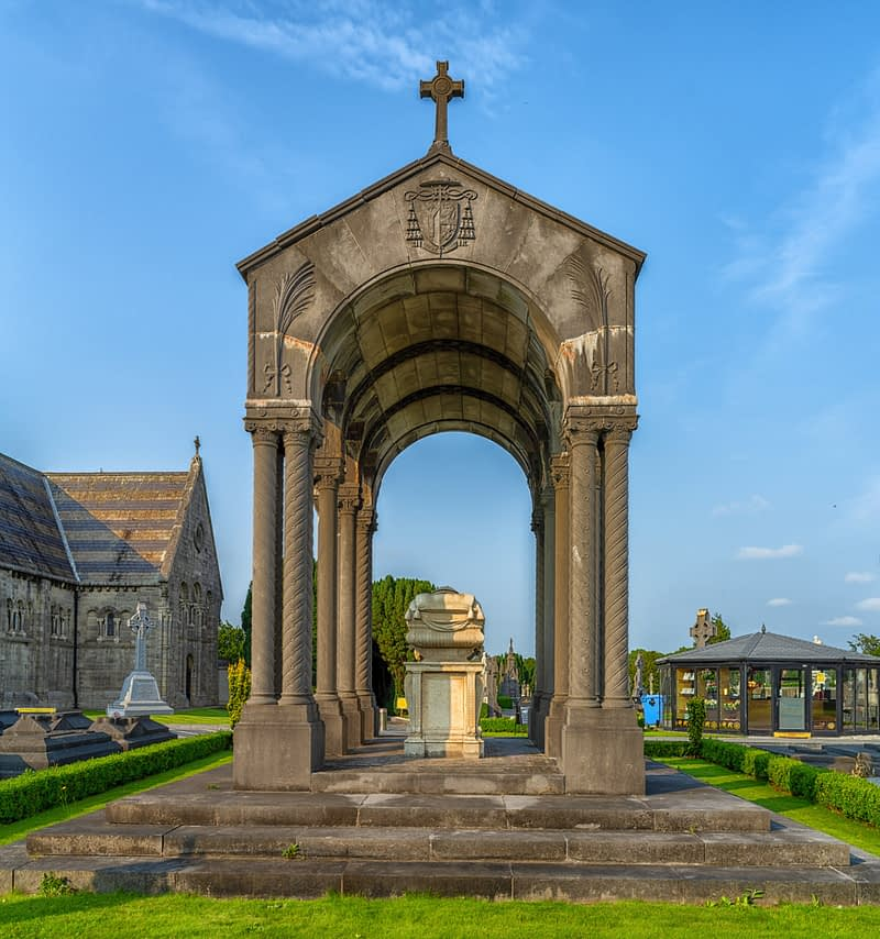 A-VISIT-TO-GLASNEVIN-CEMETERY-A-FEW-MINUTES-BEFORE-IT-CLOSED-FOR-THE-DAY-165651-1