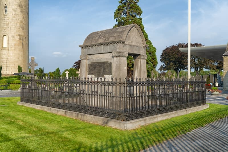 A-VISIT-TO-GLASNEVIN-CEMETERY-A-FEW-MINUTES-BEFORE-IT-CLOSED-FOR-THE-DAY-165653-1