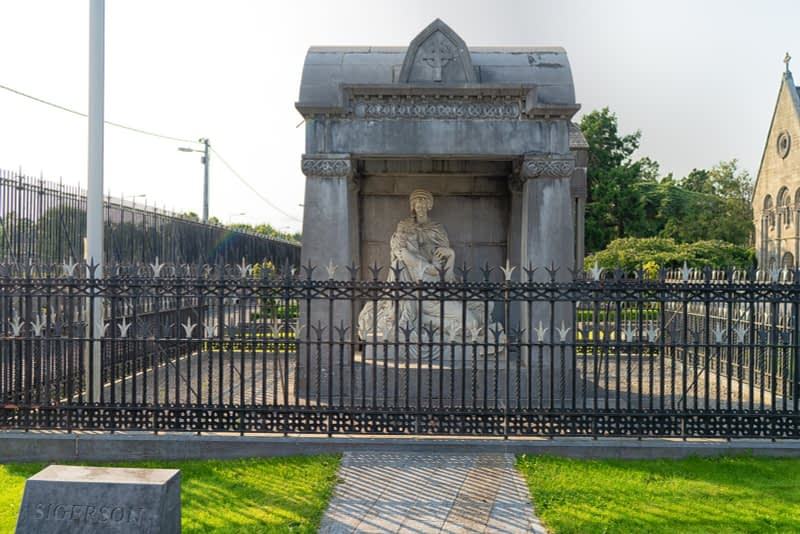 A-VISIT-TO-GLASNEVIN-CEMETERY-A-FEW-MINUTES-BEFORE-IT-CLOSED-FOR-THE-DAY-165654-1