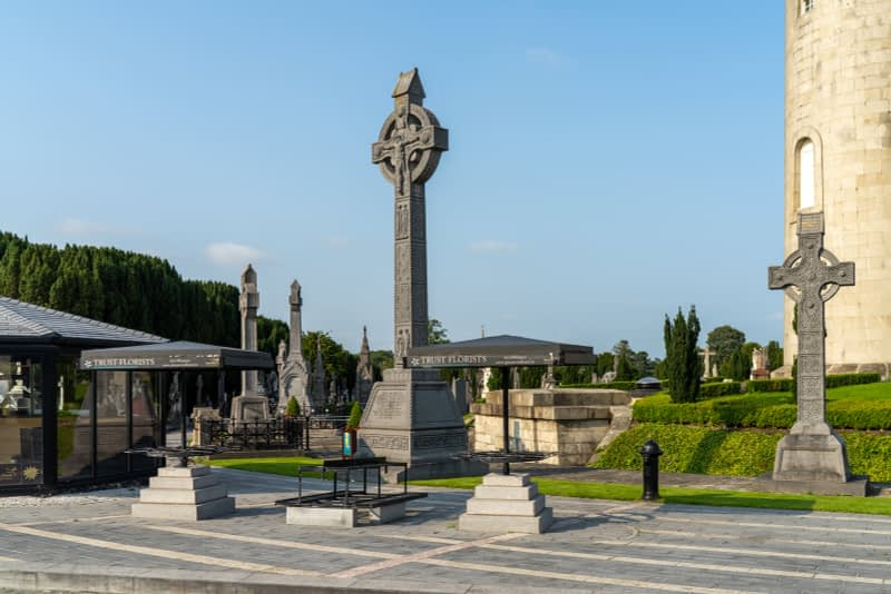 A-VISIT-TO-GLASNEVIN-CEMETERY-A-FEW-MINUTES-BEFORE-IT-CLOSED-FOR-THE-DAY-165655-1