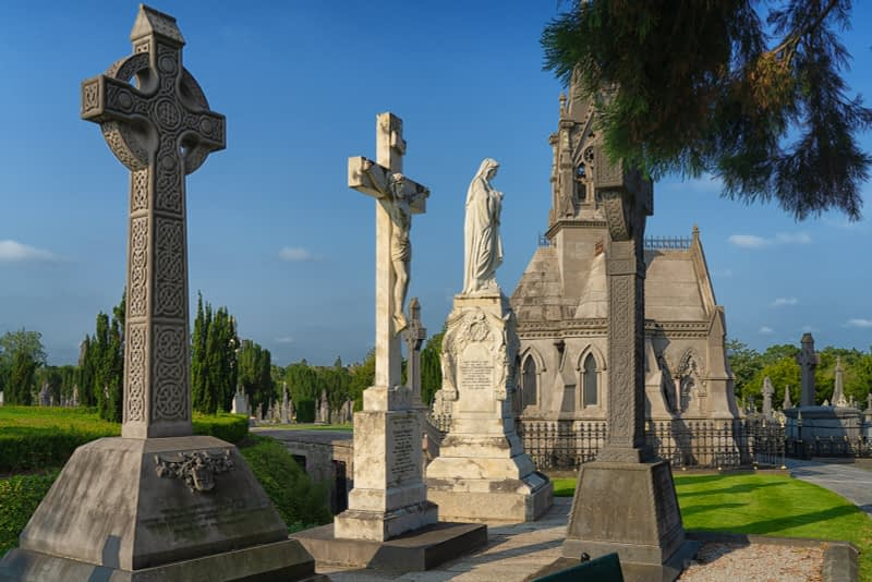 A-VISIT-TO-GLASNEVIN-CEMETERY-A-FEW-MINUTES-BEFORE-IT-CLOSED-FOR-THE-DAY-165660-1