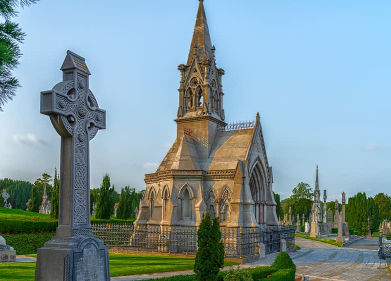 A-VISIT-TO-GLASNEVIN-CEMETERY-A-FEW-MINUTES-BEFORE-IT-CLOSED-FOR-THE-DAY-165662-1