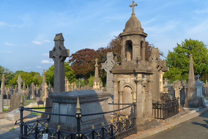 A-VISIT-TO-GLASNEVIN-CEMETERY-A-FEW-MINUTES-BEFORE-IT-CLOSED-FOR-THE-DAY-165663-1