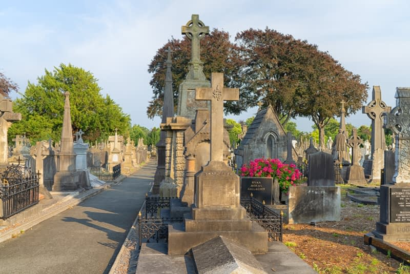 A-VISIT-TO-GLASNEVIN-CEMETERY-A-FEW-MINUTES-BEFORE-IT-CLOSED-FOR-THE-DAY-165665-1