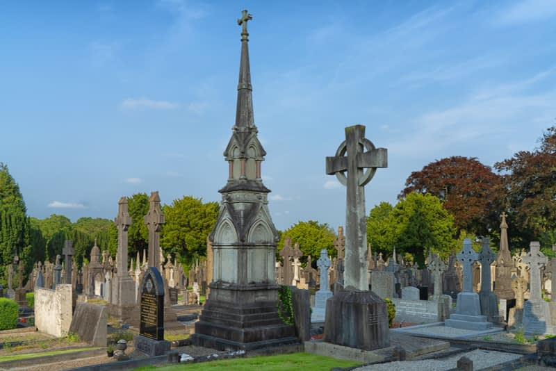 A-VISIT-TO-GLASNEVIN-CEMETERY-A-FEW-MINUTES-BEFORE-IT-CLOSED-FOR-THE-DAY-165667-1
