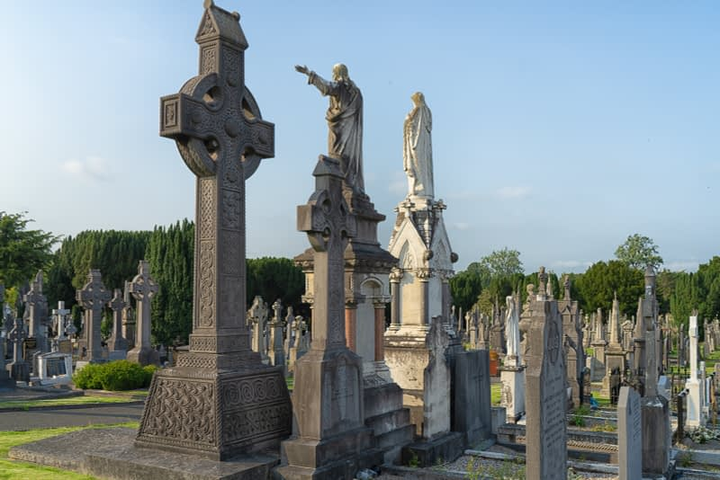 A-VISIT-TO-GLASNEVIN-CEMETERY-A-FEW-MINUTES-BEFORE-IT-CLOSED-FOR-THE-DAY-165669-1