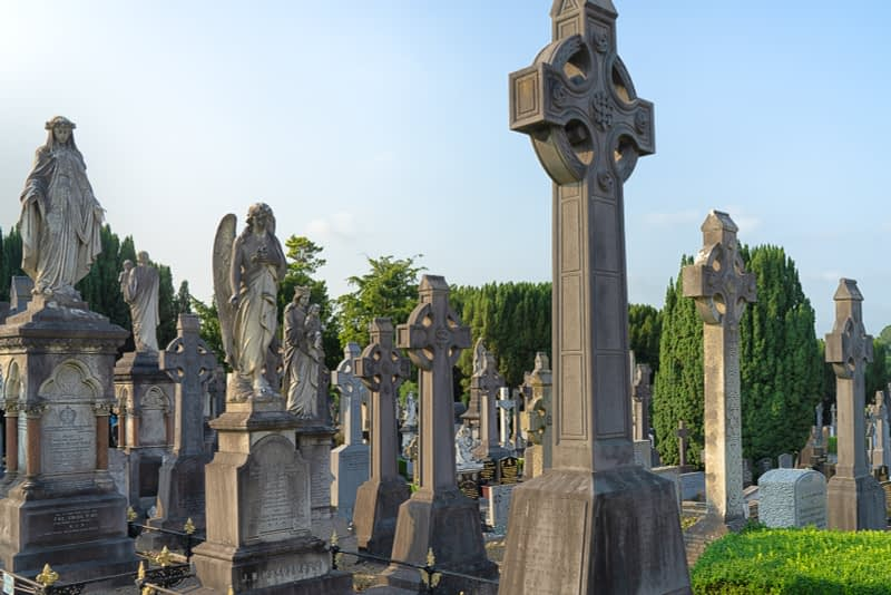 A-VISIT-TO-GLASNEVIN-CEMETERY-A-FEW-MINUTES-BEFORE-IT-CLOSED-FOR-THE-DAY-165670-1