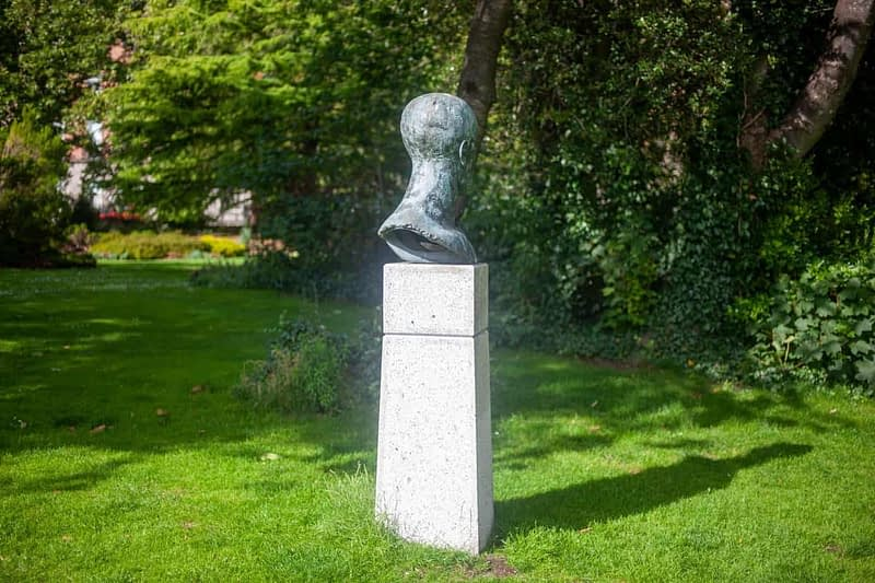 TRIBUTE-HEAD-II-BY-ELISABETH-JEAN-FRINK-MERRION-SQUARE-PARK-IN-JULY-2020-167500-1