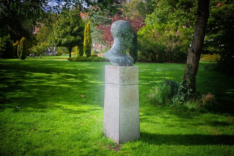 TRIBUTE-HEAD-II-BY-ELISABETH-JEAN-FRINK-MERRION-SQUARE-PARK-IN-JULY-2020-167501-1