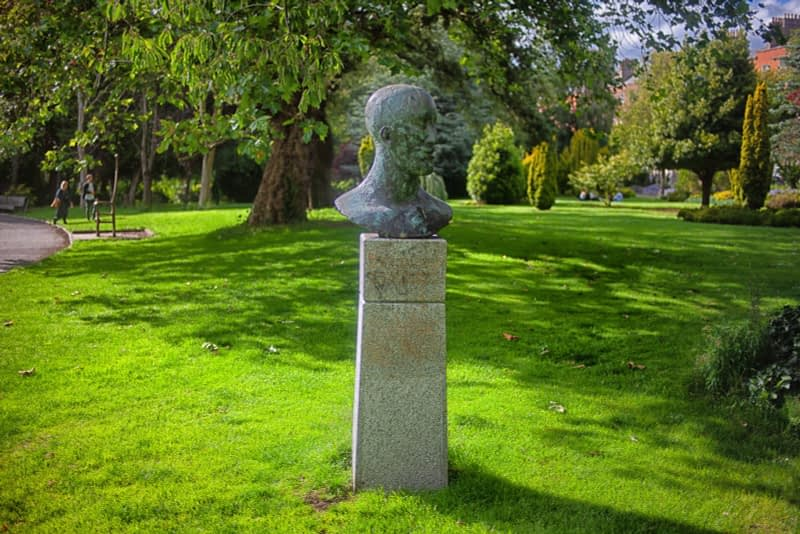 TRIBUTE-HEAD-II-BY-ELISABETH-JEAN-FRINK-MERRION-SQUARE-PARK-IN-JULY-2020-167502-1