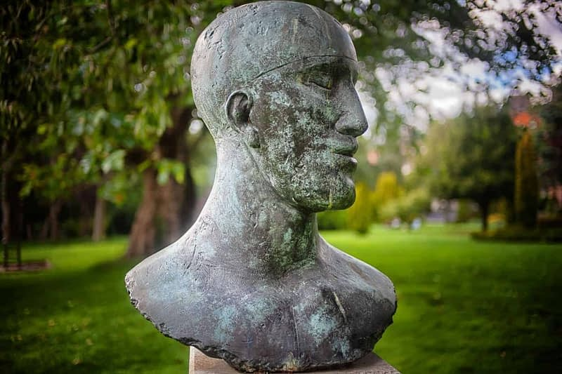 TRIBUTE-HEAD-II-BY-ELISABETH-JEAN-FRINK-MERRION-SQUARE-PARK-IN-JULY-2020-167503-1