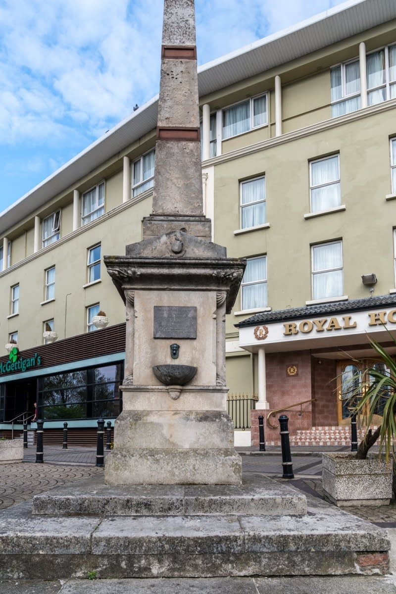 THE-CHRISTOPHER-THOMPSON-MEMORIAL-FOUNTAIN-AT-THE-ROYAL-HOTEL-IN-BRAY-166008-1
