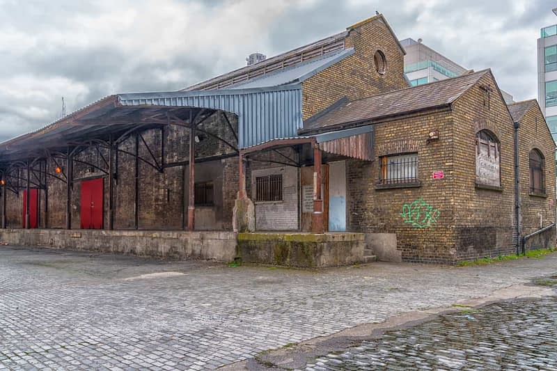 OLD-WAREHOUSE-ON-SIR-JOHN-ROGERSONS-QUAY-PHOTOGRAPHED-17-APRIL-2017-165957-1