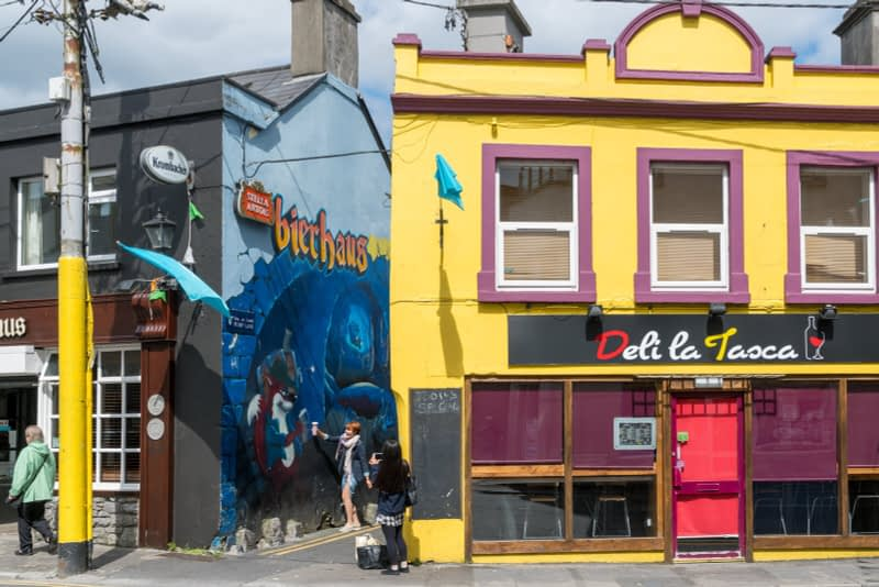 PUMP-LANE-IN-GALWAY-FEATURES-SOME-WORTHWHILE-STREET-ART-OFF-HENRY-STREET-161191-1