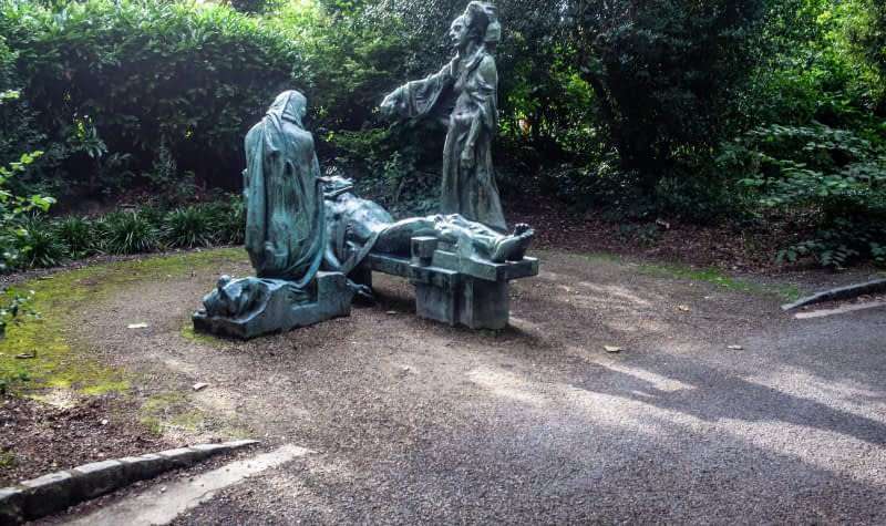 VICTIMS-SCULPTURE-BY-ANDREW-OCONNOR-IN-MERRION-SQUARE-PARK-167529-1