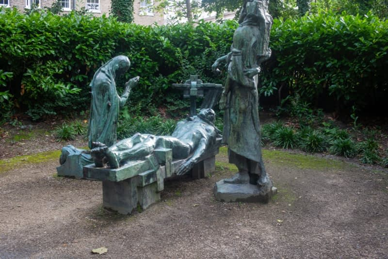 VICTIMS-SCULPTURE-BY-ANDREW-OCONNOR-IN-MERRION-SQUARE-PARK-167530-1