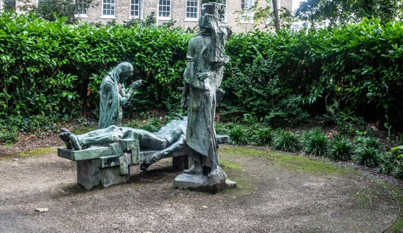 VICTIMS-SCULPTURE-BY-ANDREW-OCONNOR-IN-MERRION-SQUARE-PARK-167531-1