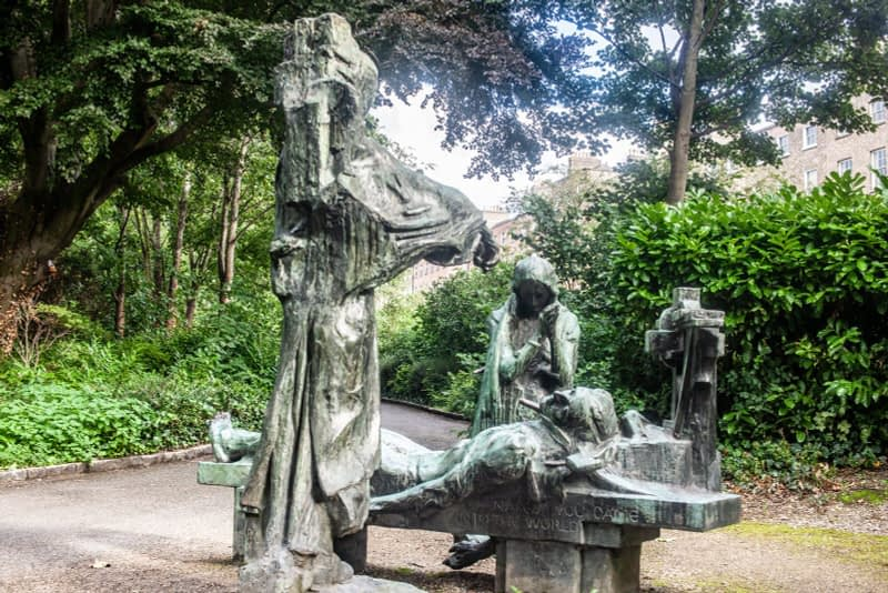 VICTIMS-SCULPTURE-BY-ANDREW-OCONNOR-IN-MERRION-SQUARE-PARK-167533-1